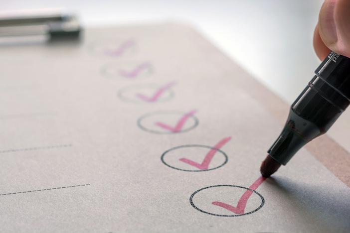 Erledigte Aufgaben werden auf einer To-Do-Liste abgehakt